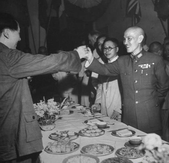 the yan an soviet mao zedong left and jiang jieshi during their 1945 peace talks in chongqing
